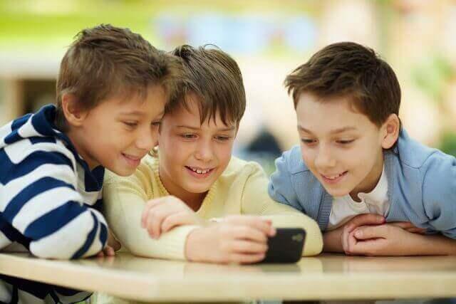 deti s mobilom
