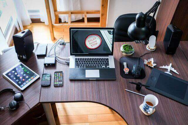 laptop pracovný stôl
