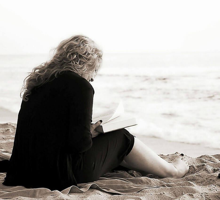 čítanie knihy na pláži