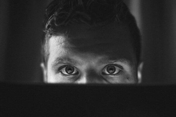 oči pred obrazovkou