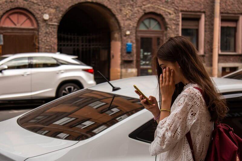 s mobilom na ulici