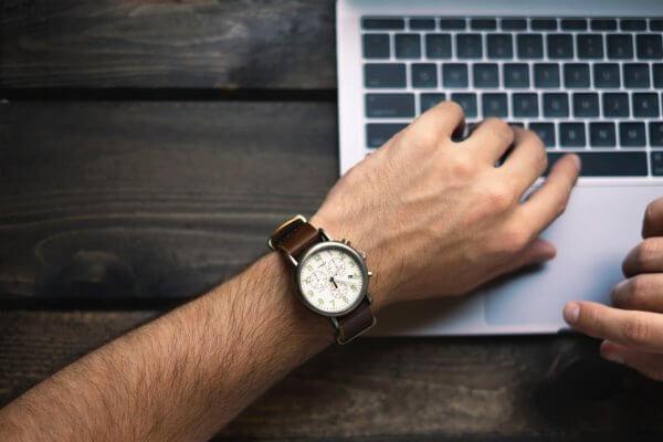 práca s notebookom, hodinky