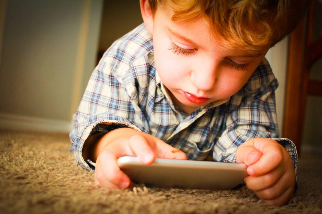 V akom veku dať deťom prvý mobil